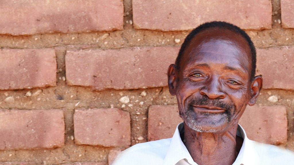 Winesi utanför sitt hem i Malawi.