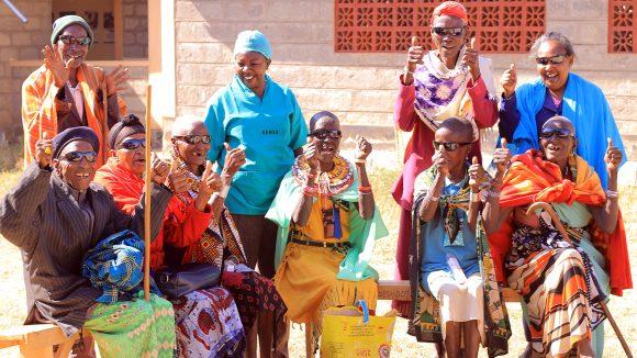 En grupp patienter i Kenya skrattar och ler efter att ha genomgått gråstarrsoperation.
