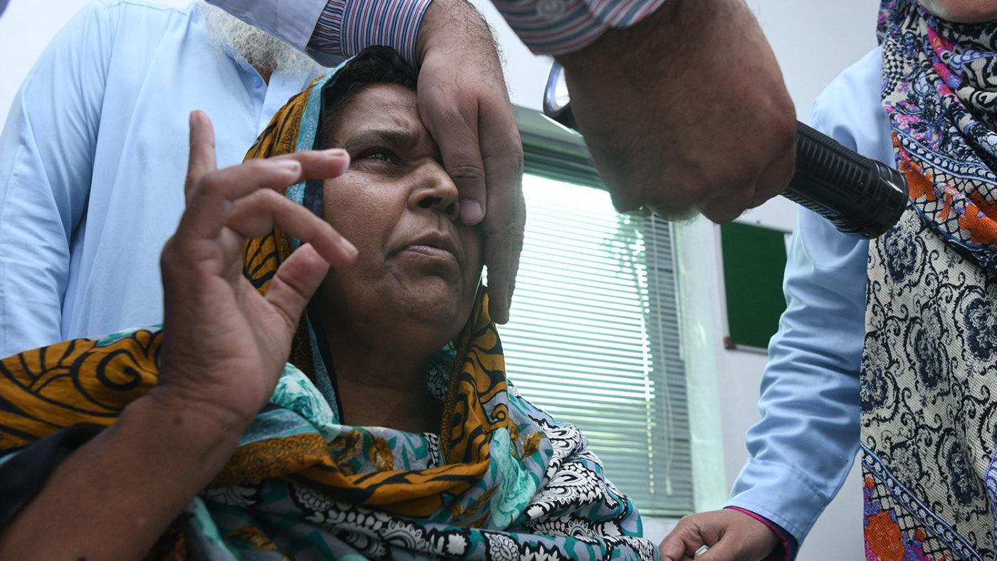 Naheeds syn undersöks före operationen.