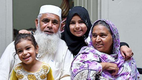 Naheed och Mahmoud tillsammans med sina barnbarn.