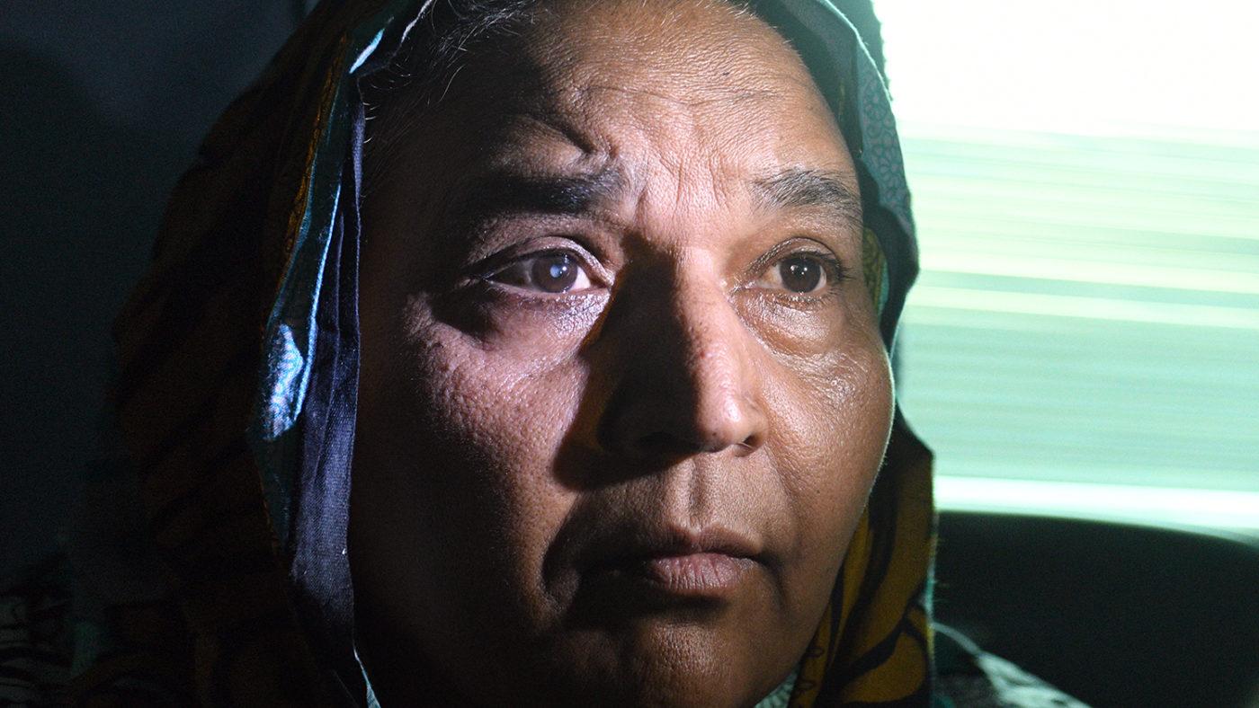 En närbild på Naheed där man tydligt kan se hennes grå starr.