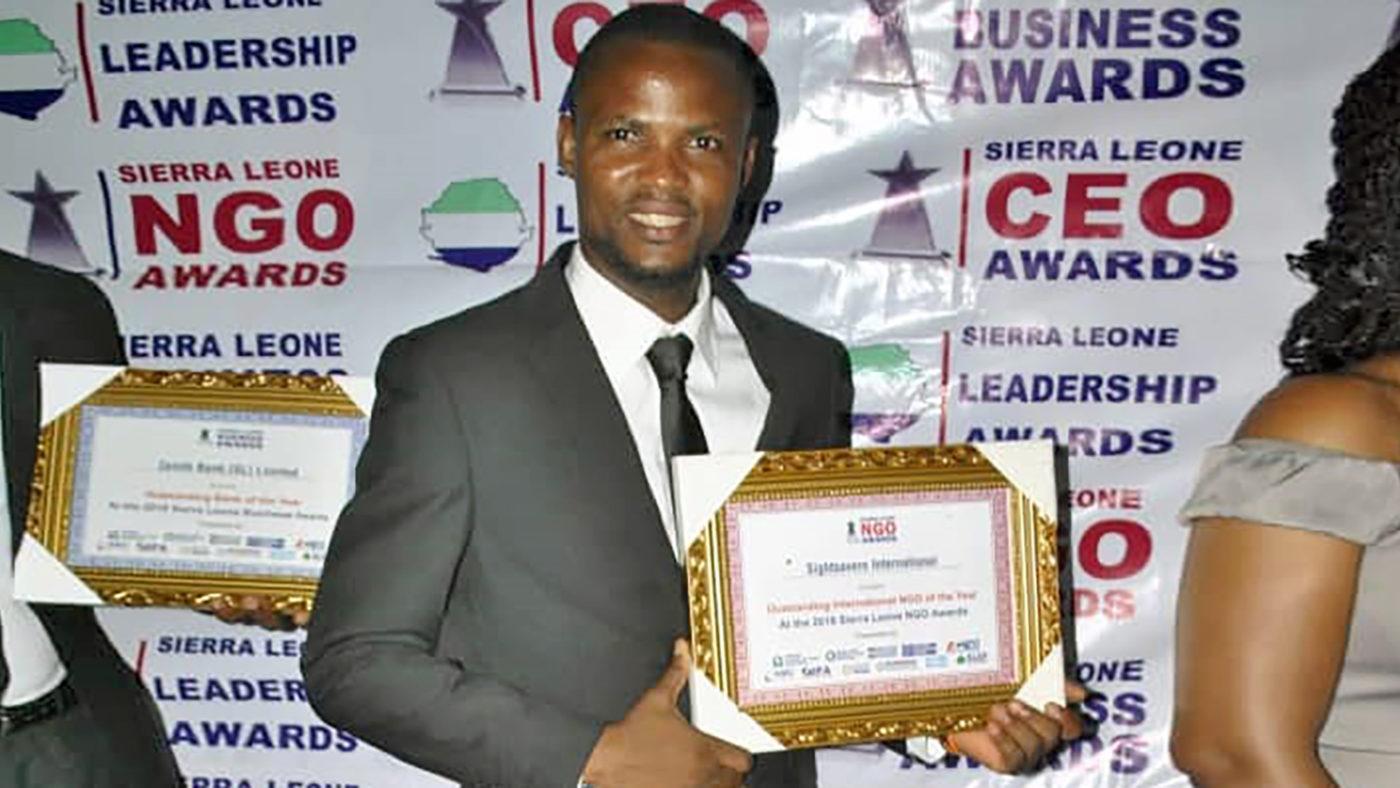 Idrissa Kanjay håller i priset.