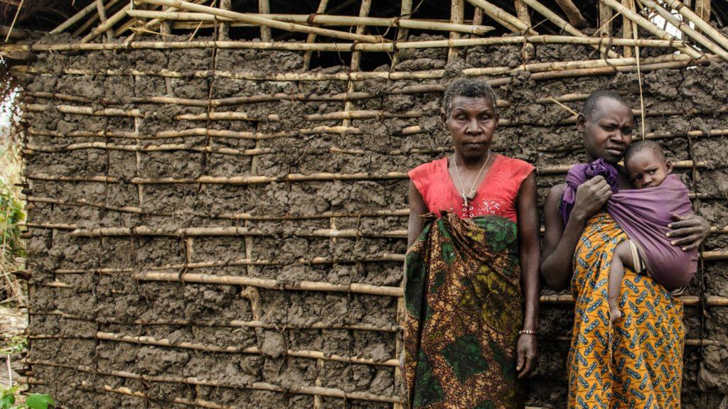 Aluna, Mayasa och Bibi framför sitt hus som är byggt i lera