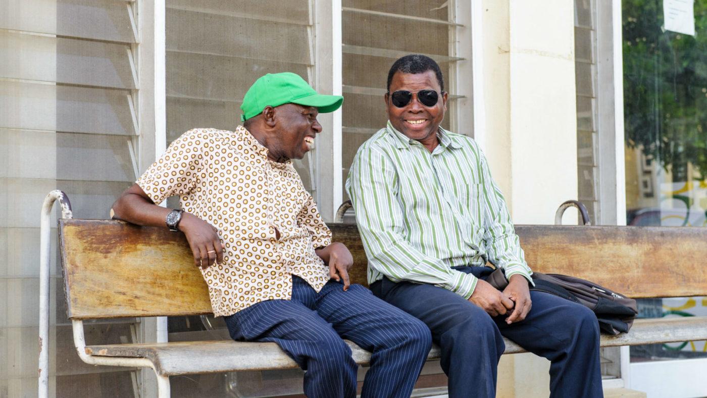 Camilo sitter på en bänk tillsammans med Jose Victor, som också kämpar för rättigheter för personer med funktionsnedsättning.