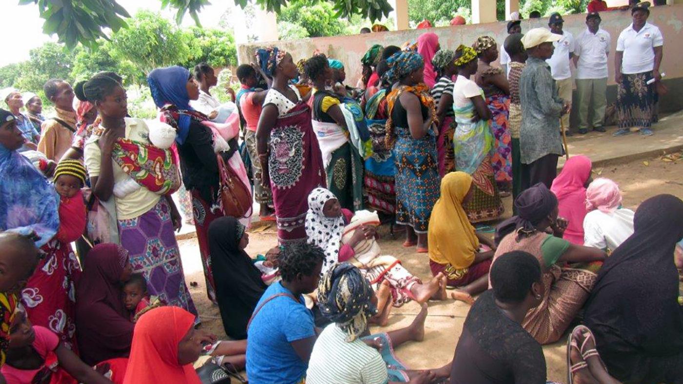 En grupp kvinnor samlas för att få sina ögon undersökta.