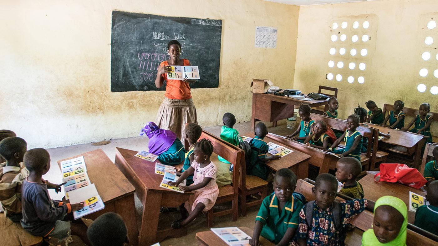 En lärare står framför klassen i Sierra Leone.