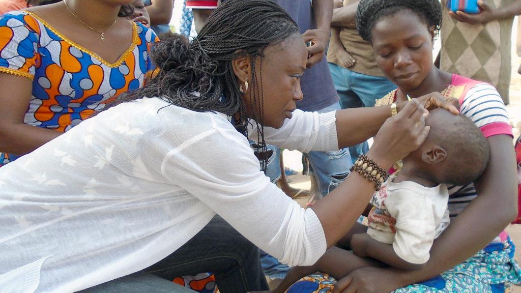 Ett barn i Elfenbenskusten får sina ögon undersökta för trakom.