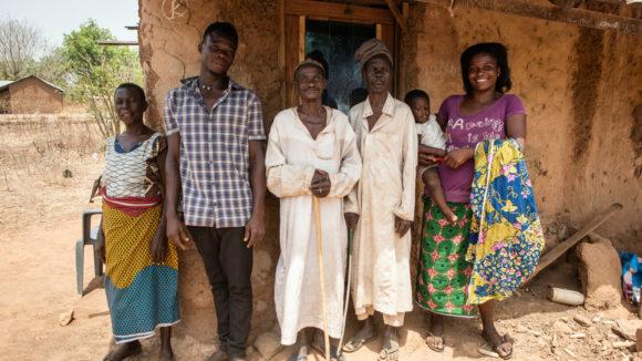 Mamodu står utanför sitt hus tillsammans med sin bror, syster och systerson.