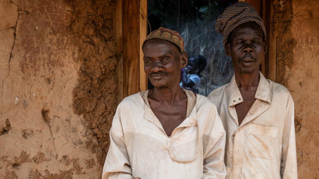 Bröderna Mamodu och Yeremore står utanför sitt hem i Asubende.