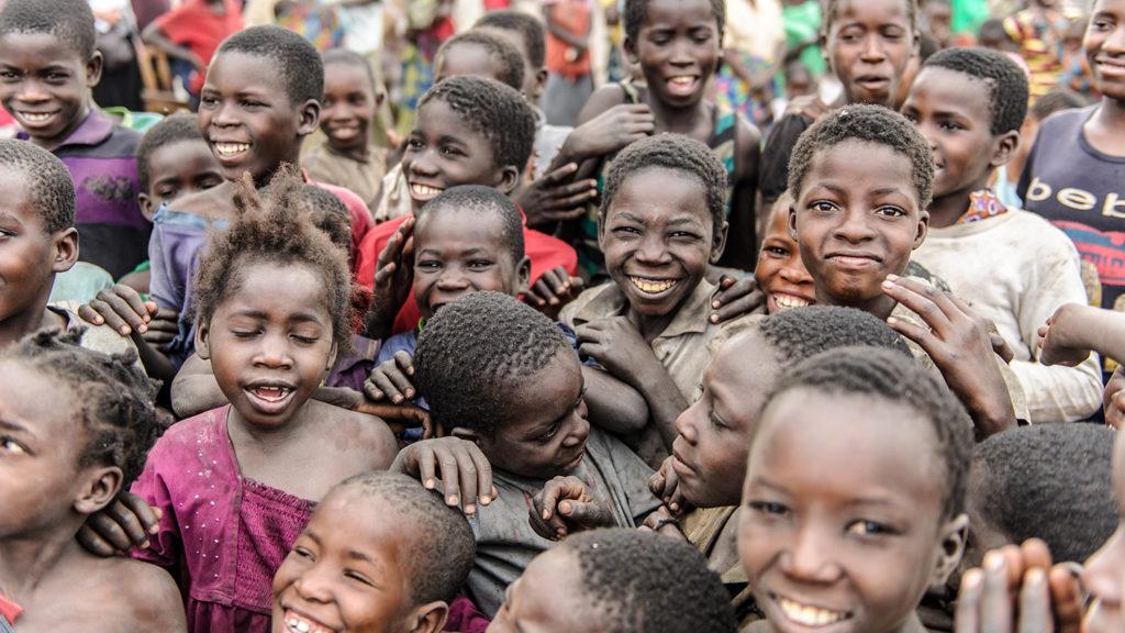 Barn i en by i Zambia.