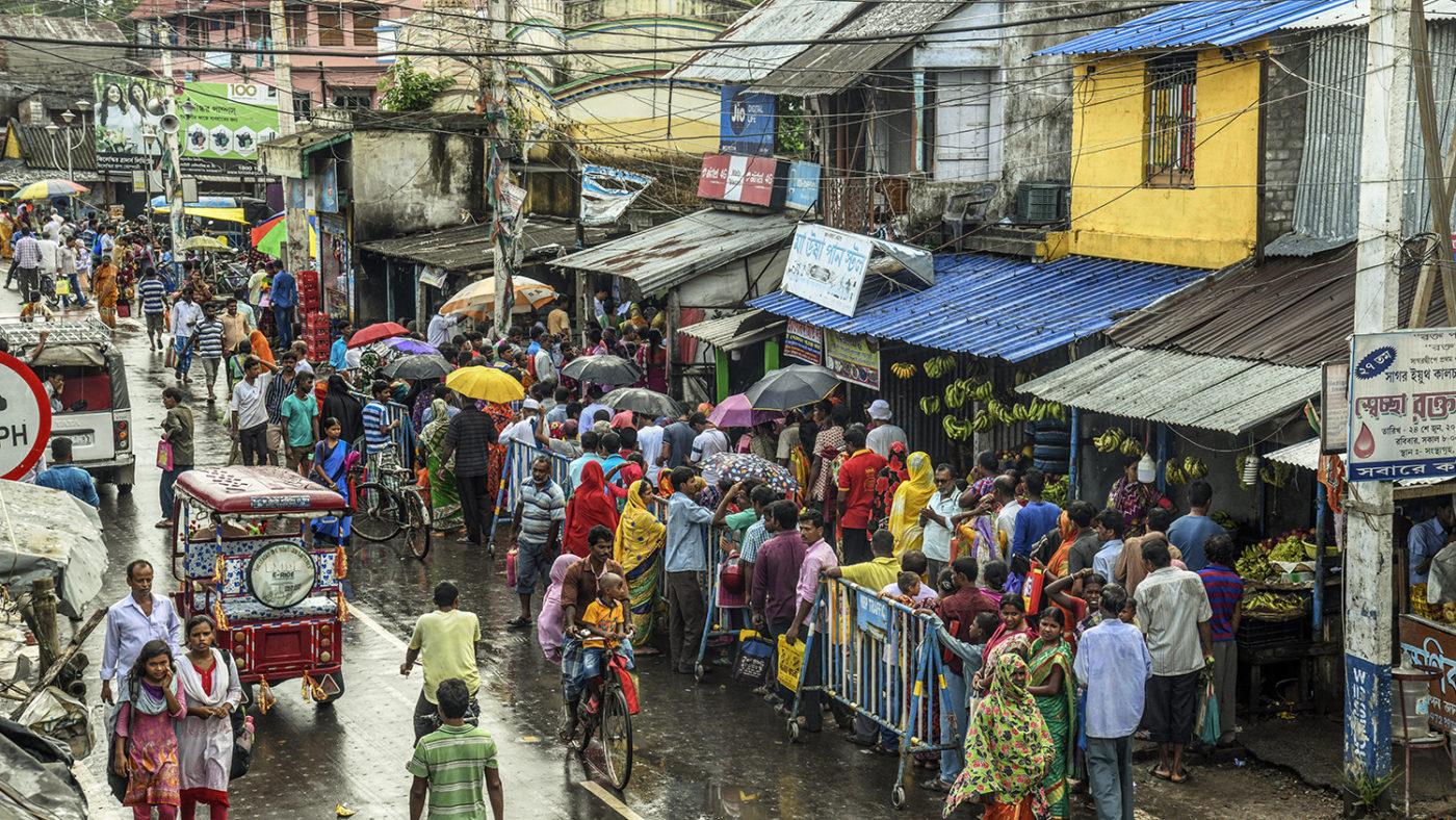 En folkmassa på en livlig gata.