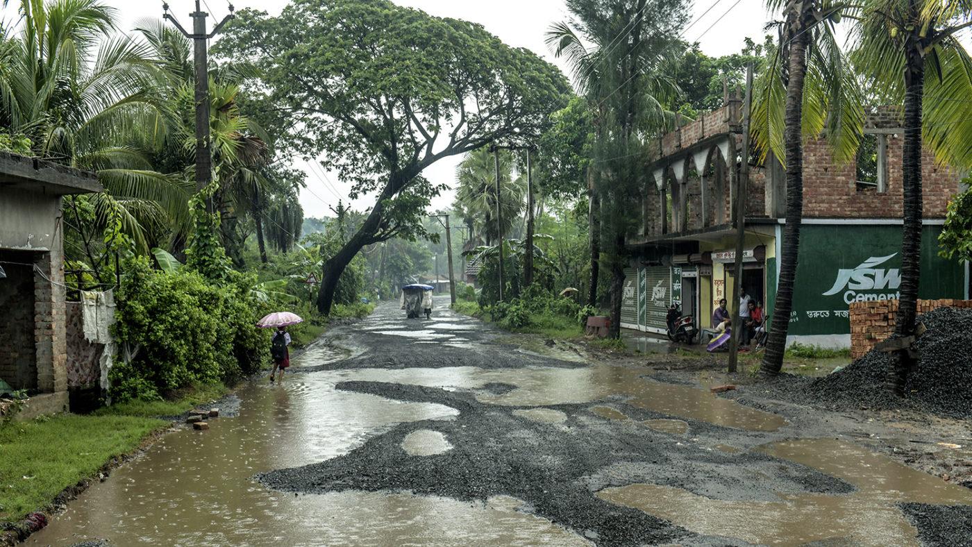 Regn över en nästan folktom gata i Sundarban.