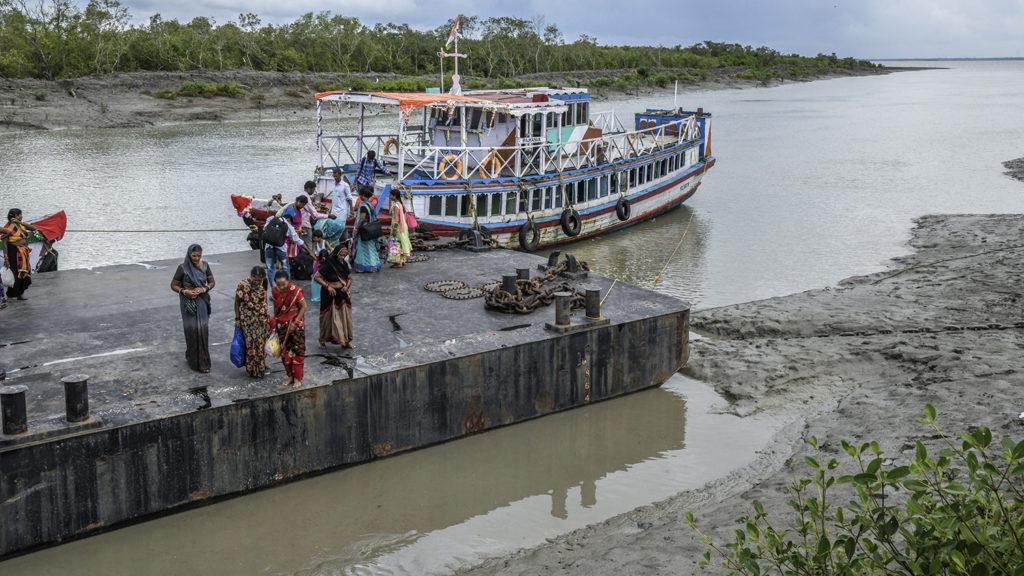 Människor går av en båt i en hamn.