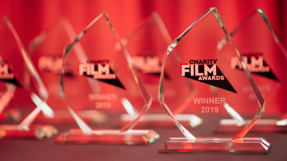 """Närbild av priserna där man kan se loggan och ordet """"Winner"""" (vinnare)."""