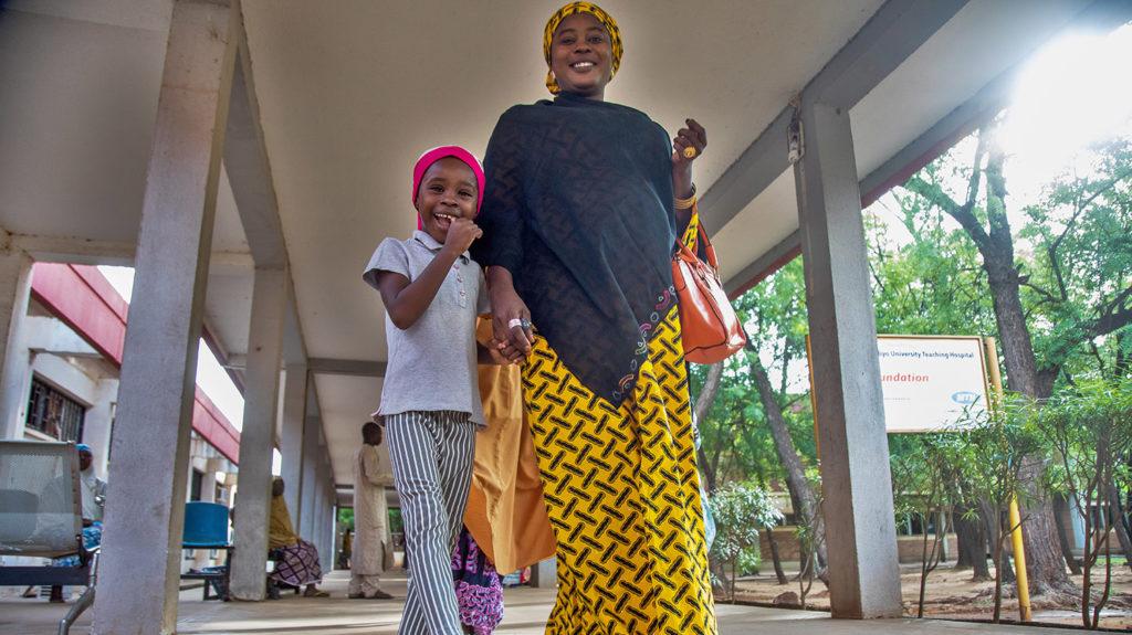 Khadijah och hennes mamma lämnar sjukhuset.