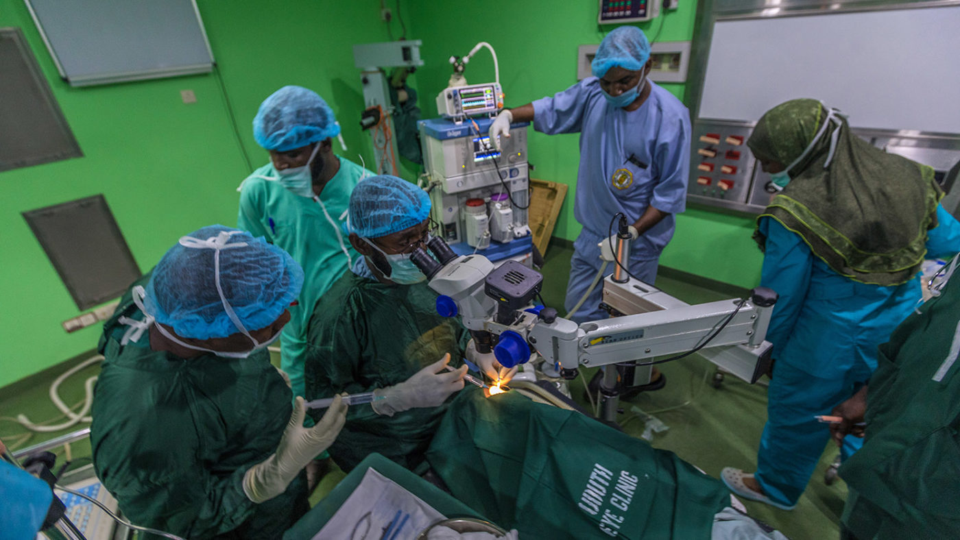 Medicinsk personal står runt Khadijah under operationen.