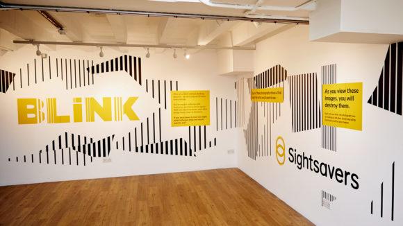 Sightsavers utställning BLINK i London med BLINK-logga och Sightsavers-logga.