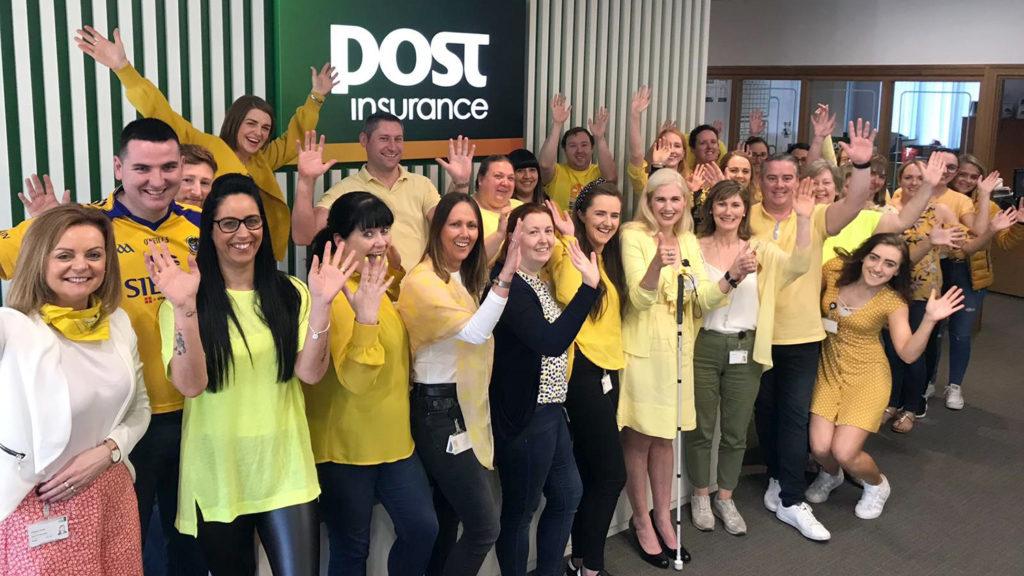 Personal från Post Insurance klädda i gult.