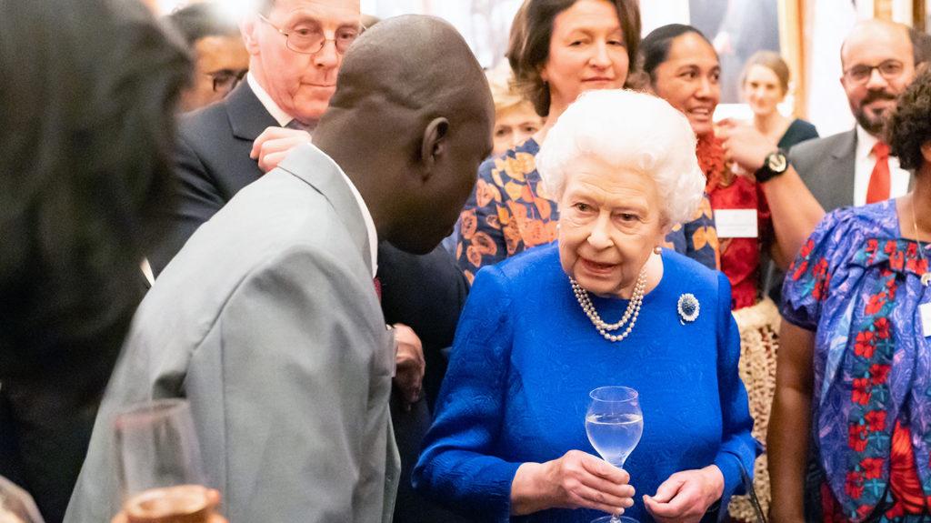 Samson Lokele pratar med drottning Elizabeth på Buckingham Palace.