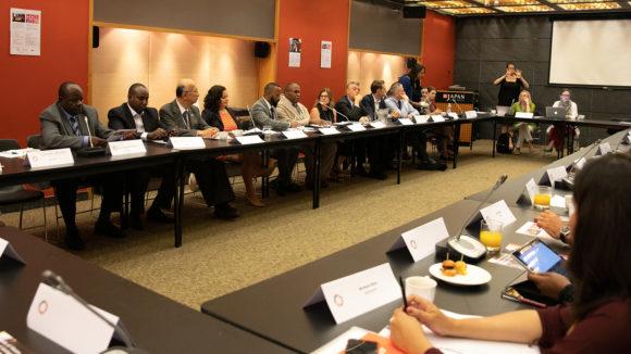 Delegater sitter runt ett bord under FN-evenemanget Friends of Vision.