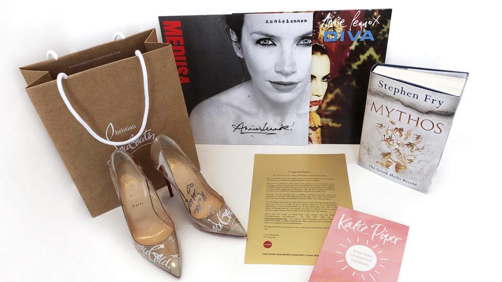 En del av de saker som gick under klubba n på Sightsavers auktion, bland annat signerade skor, skivor och böcker.