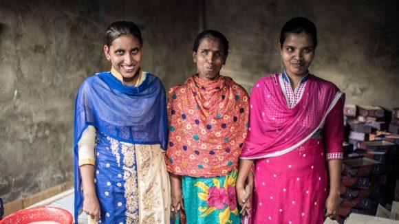 Juthika, Hanufa och Ranu, alla med nedsatt syn, fotograferade i sin workshop i Narsingdhi, Bangladesh.