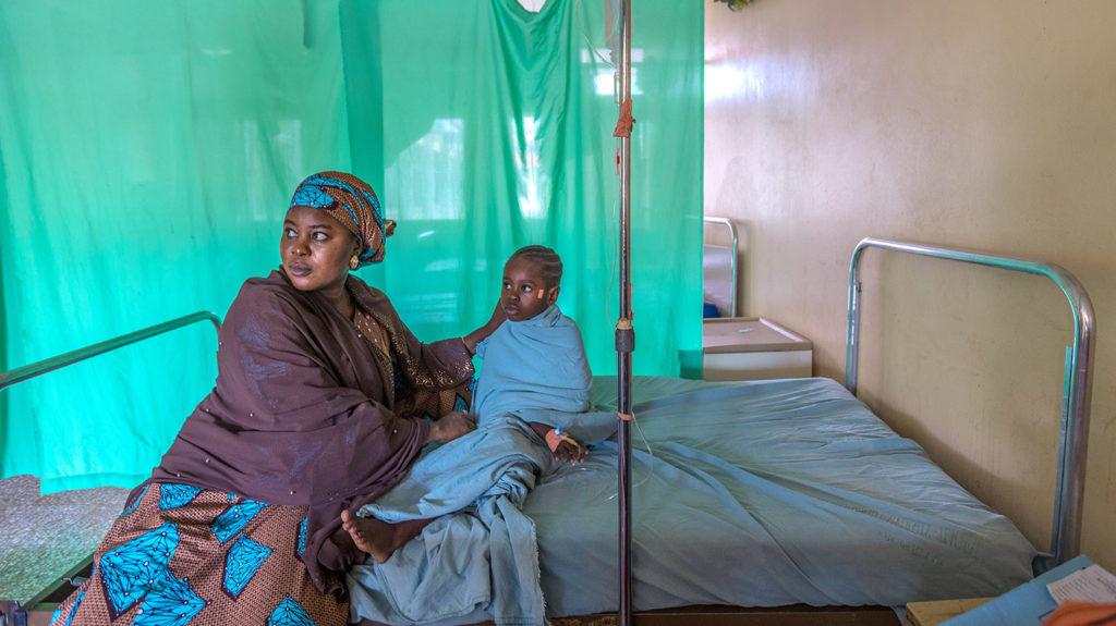 Shafa och Khadijah sitter på en sjukhussäng i väntan på operationen.